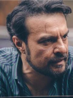"""Foto del actor Julián Román con un cerdito en """"Polombia"""" armó la grande en Twitter"""