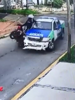 [Video] Violento choque de 3 delincuentes en moto (robada) contra una patrulla