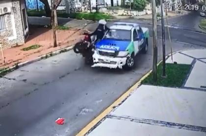 Ladrones chocan con policía.