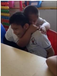 Niño con síndrome de Down que conforta a compañerito autista enternece las redes