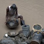 Hombre extrayendo oro de río