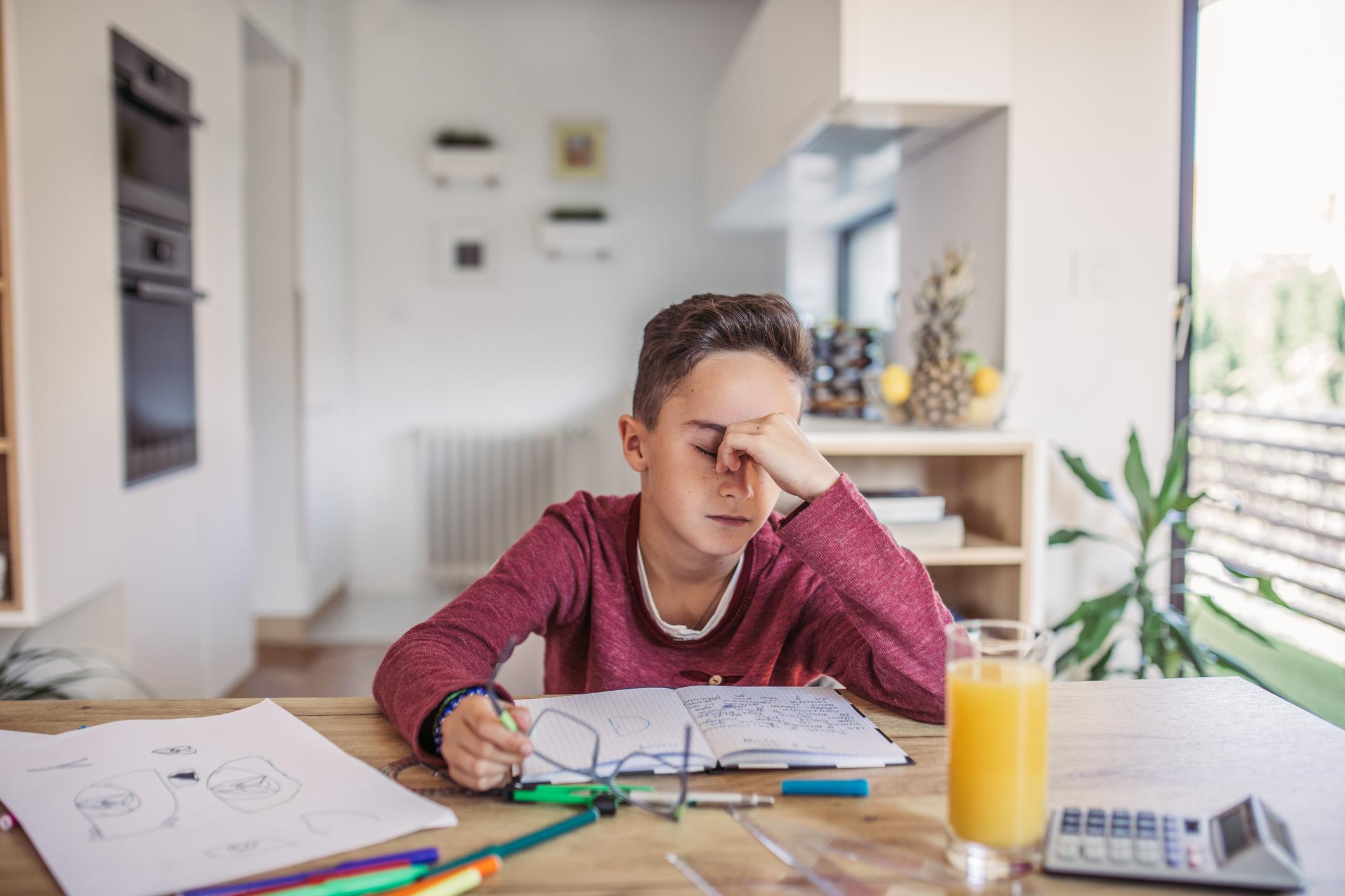 Niño preocupado por estudio