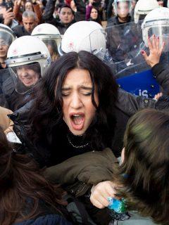 """Video: Policía reprime a mujeres por cantar himno feminista """"el violador eres tú"""""""