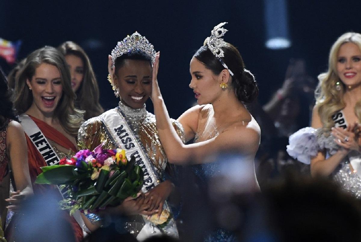 Miss Universo 2018, Catriona Gray, corona a la Miss Universo 2019, Zozibini Tunzi