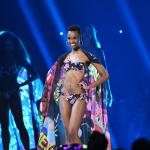 Zozibini Tunzi, Miss Universo 2019, durante el desfile en traje de baño