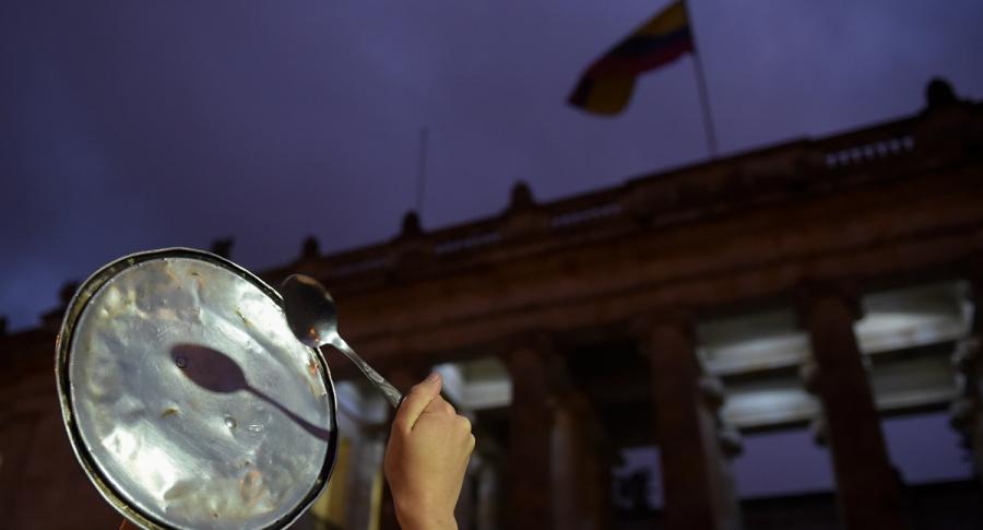 Mujer golpea tapa frente al Congreso de la República