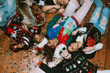 Jovenes acostados saco de navidad