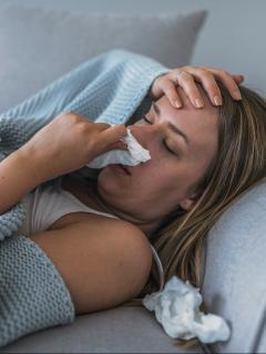 ¿Por qué expertos recomiendan no sonarse si le da gripa o alergia?