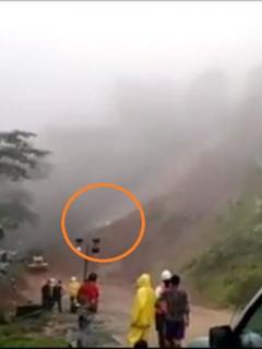 """[Video] """"¡Ay, se los llevó!"""": derrumbe arrastra varias personas en vía Medellín-Quibdó"""