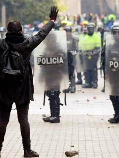 """""""Muy valiente su fuerza pública…"""": periodista, a Duque, por policía que lo pateó en marcha"""