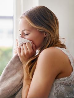 Estudio asegura que estrés de las mujeres se reduce si huelen ropa de su pareja