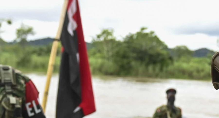 Bandera del Eln en un río