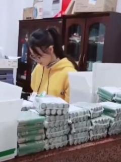 [Video] Enfadada mujer quiso pagar multa con 60.000 monedas, y así le fue...