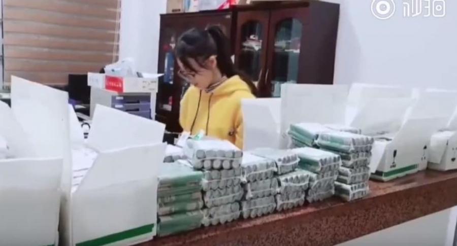Mujer intenta pagar con miles de monedas.