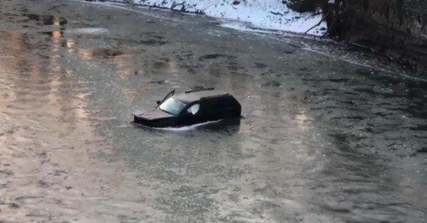 Camioneta cae a río