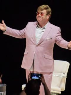 Periódico puso en portada a un mortal cualquiera como si se tratara de Elton John
