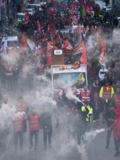 """Protestas y bloqueos en Francia surgen efecto y obligan a gobierno de Macron a """"concertar"""""""