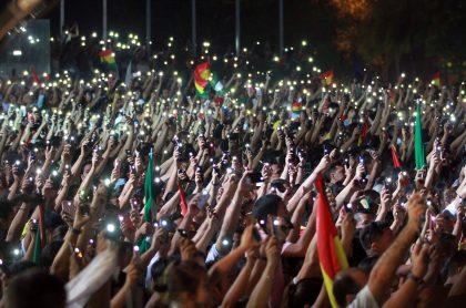 Manifestantes con celulares en sus manos