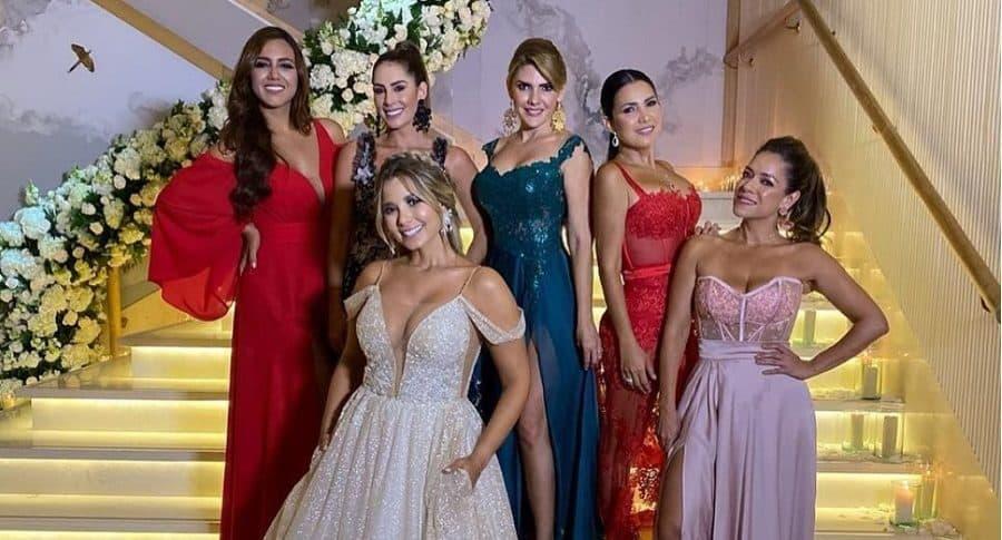 Tatiana Franco, Carolina Soto, Melissa Martínez y Ana Karina Soto, presentadora, junto a dos amigas más.