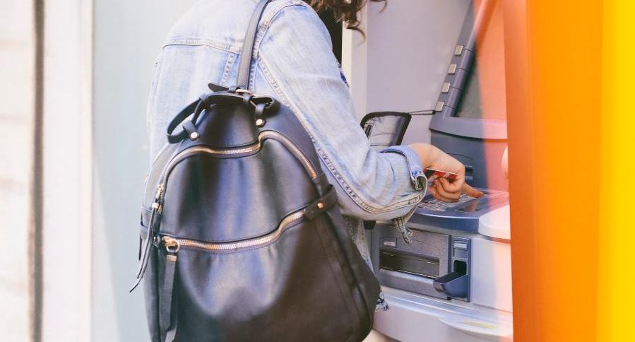 Mujer en cajero automático.