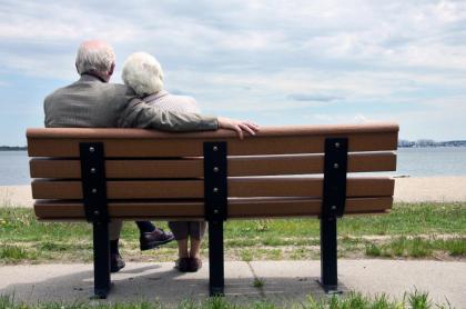Ancianos abrazados.