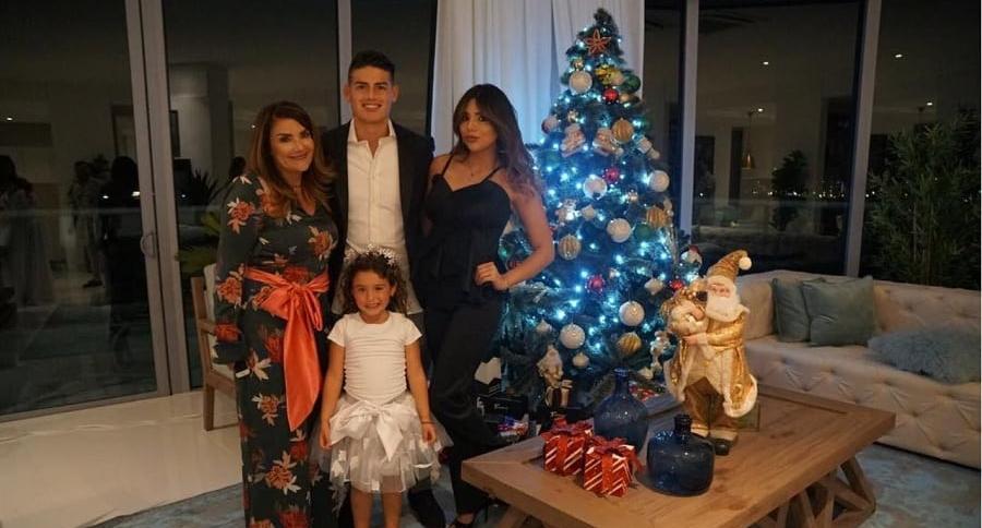 James Rodríguez, futbolista, con su mamá, Pilar Rubio; su hermana, Juana Valentina; y su hija, Salomé.