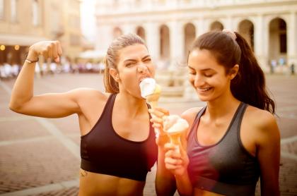 Mujeres haciendo ejercicio y comiendo