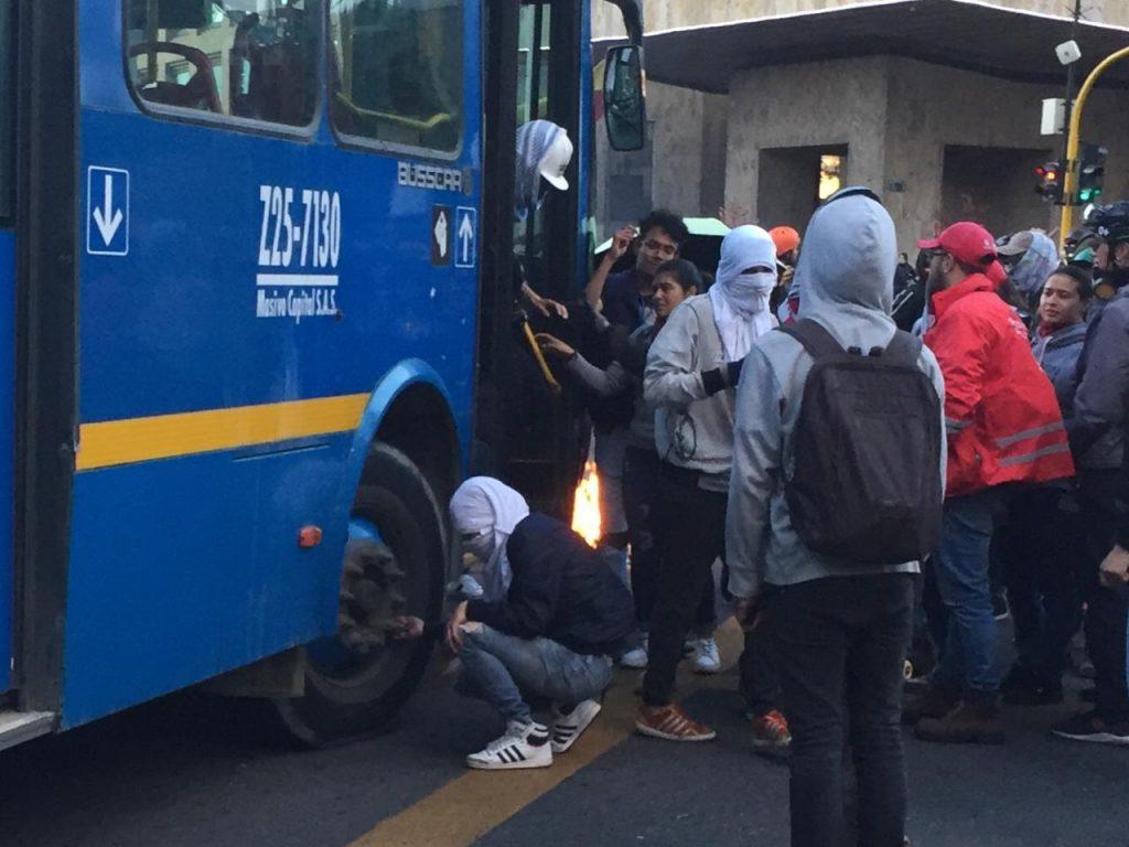 Encapuchados vandalizan bus