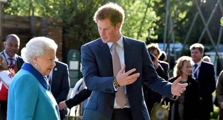 La Reina Isabel II y su nieto el príncipe Harry.