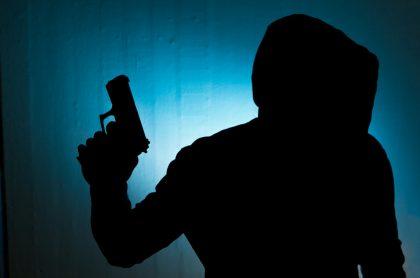 Ladrón encapuchado y con pistola