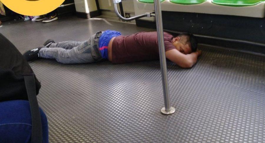 Hombre dormido en metro de Medellín