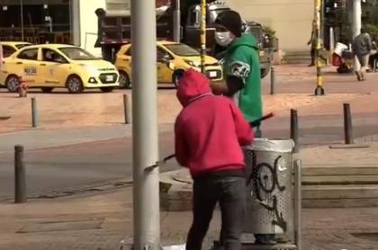 Ciudadanos infractores limpiando postes