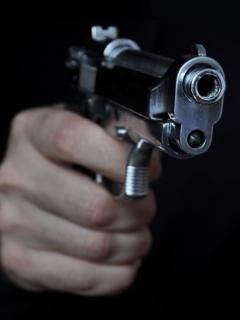 Hombre con arma de fuego.