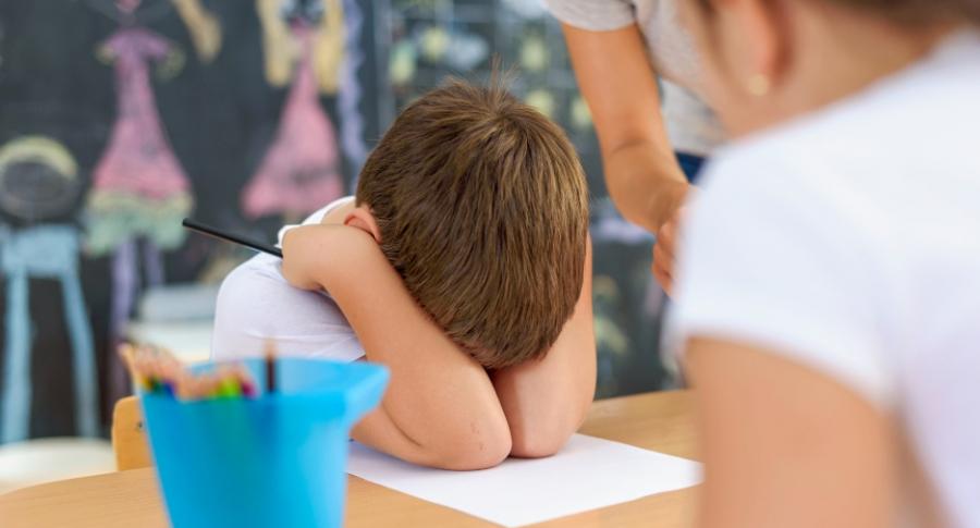 Niño regañado en colegio.