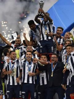Dorlan Pabon sostiene la copa que reconoce a su equipo, Monterrey, como el campeón del Torneo Apertura 2019.