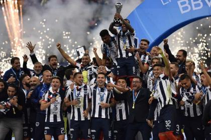 Dorlan Pabón sostiene la copa que reconoce a su equipo, Monterrey, como el campeón del Torneo Apertura 2019.