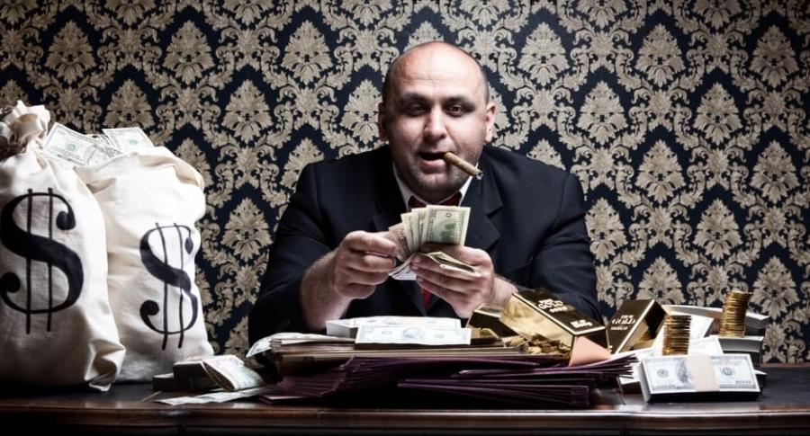 Hombre cuenta dinero.