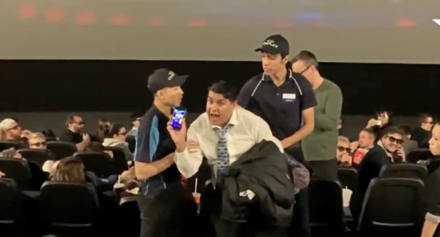 Hombre pelea en un cine.