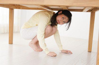 Mujer bajo una mesa