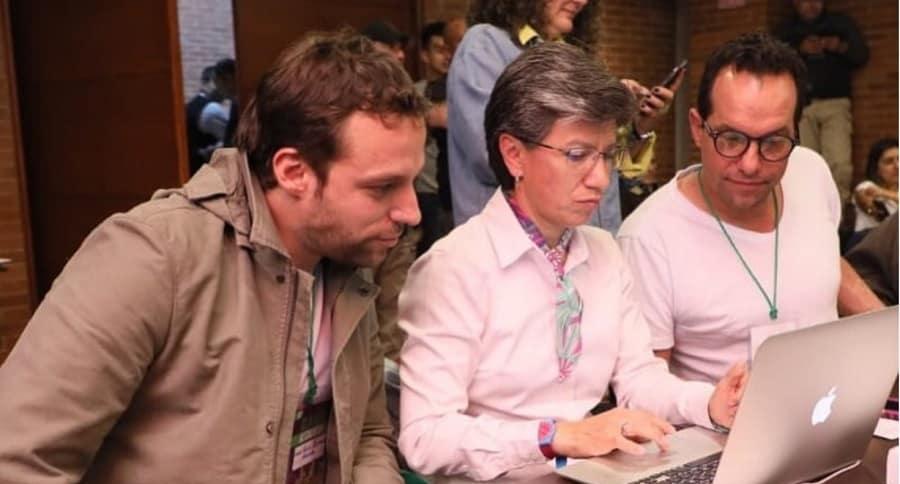 Claudia López, alcaldesa, con Luis Ernesto Gómez, secretario de Gobierno (izq.).
