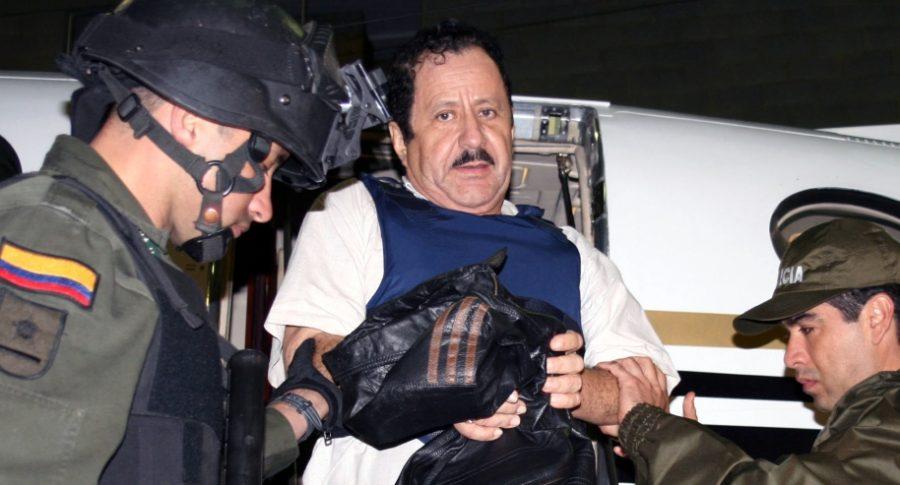 Hernán Giraldo baja de un avión antes de ser extraditado.
