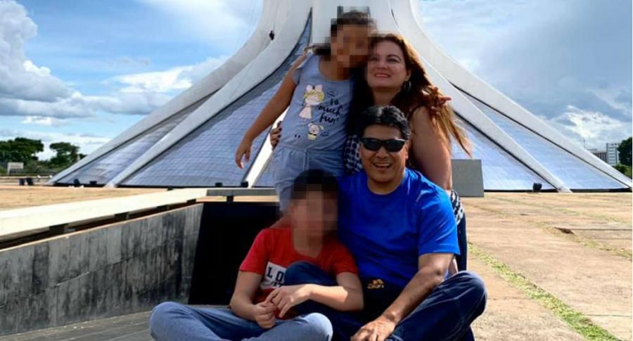 Humberto Pupiales, periodista, con su esposa e hijos.