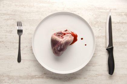 Corazón humano servido en plato