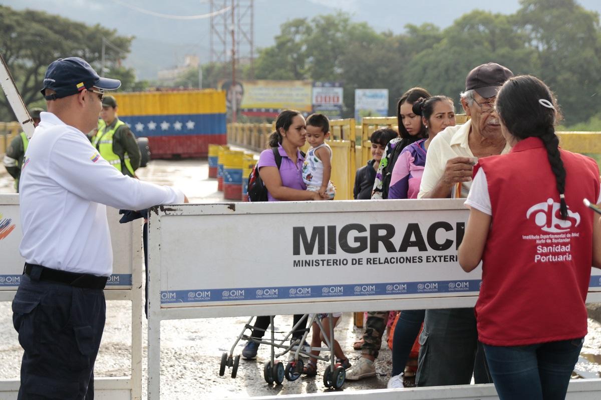 Migrantes venezolanos en puesto de control de Migración Colombia