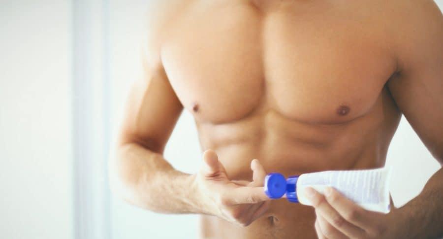 Hombre aplicando crema