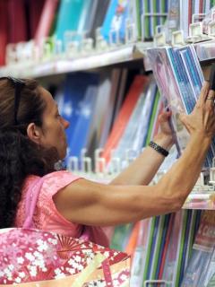 ¿En cuál de estos 4 almacenes sale más barato comprar útiles escolares por estos días?