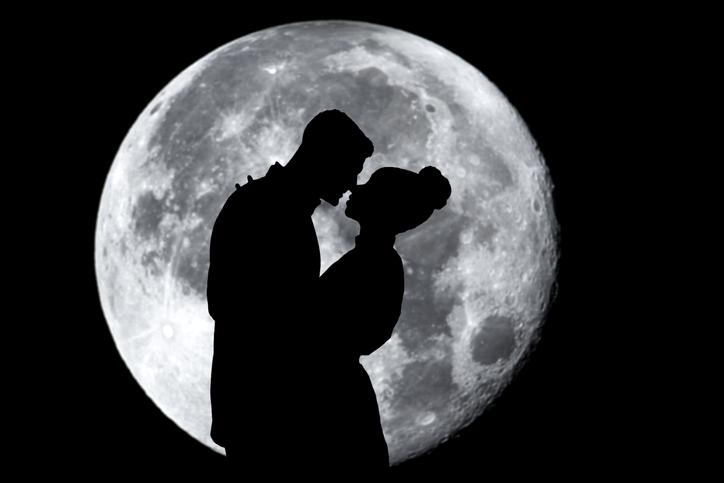 Preja abrazada a la luz de la luna