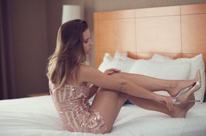 Mujer sentada en la cama