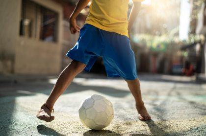 Niño jugando fútbol