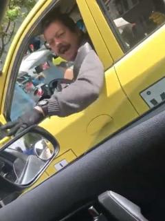 Por video (viejo), el taxista que insultó a conductora se quedaría sin trabajo